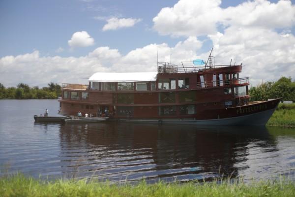 Bateau en construction sur les chantiers navals d'Iquitos au Pérou, où sera mis à flot le Floating fablab. © Madison Worthy