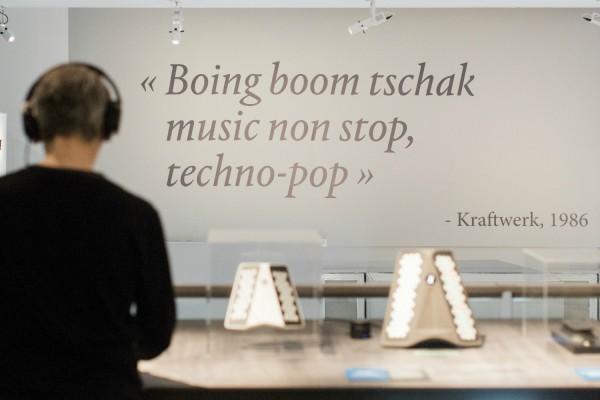 Comme entre Kraftwerk et les machines, ça a toujours été une histoire d'amour, on ne s'étonne pas de retrouver cette citation dans l'expo «Electrosound». © Jacob Khrist