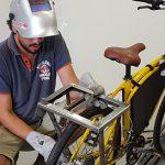 Miguel Rodriguez, du fablab marseillais LFO, en pleine opération de soudure sur le vélo énergie de «Machines». © Makery