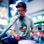Le musicien Bucket Drummer Masa joue du didgeridoo DiY dans les rues de Tokyo. © DR