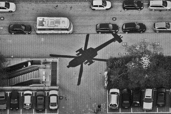Les projections d'ombres d'hélicos de la fausse agence de sécurité Global Security Alliance de Konrad Becker, sur le parvis de la gare de Munich en 2006. © DR
