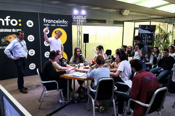 Aux Assises du journalisme de Tours, l'atelier radio live de France Info fait le plein d'étudiants. © Carine Claude