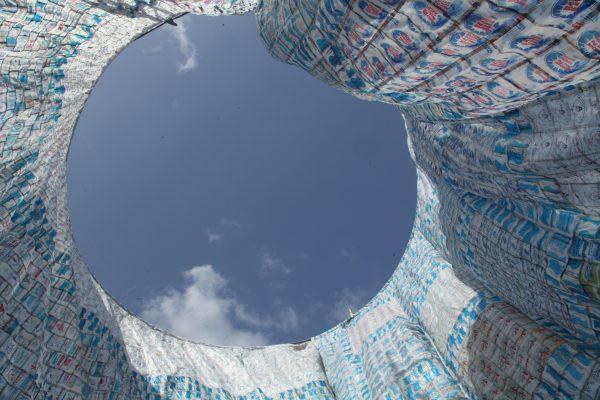 Installation de Benjamin Okantey au Ghana réalisée à partir de sachets d'eau. © Benjamin Okantey