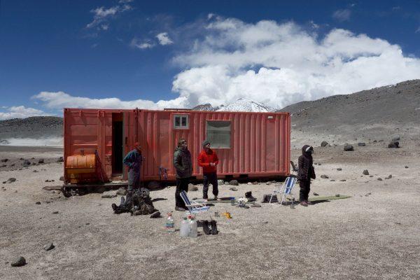 L'équipe M.A.A.R.S. à 5837m, dans le refuge n°3 près du volcan Nevado Ojos del Salado, à la frontière Chili-Argentine. © Benjamin Pothier