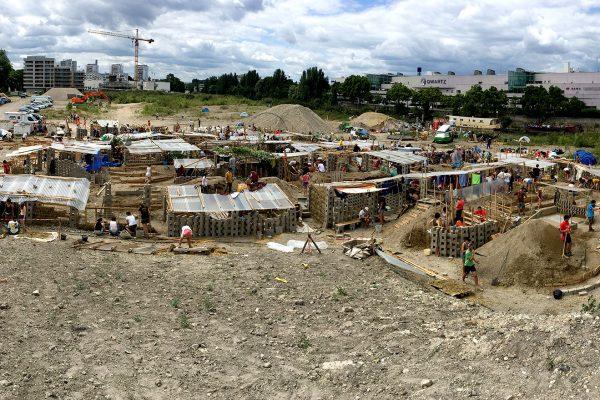 La ville des terres a été construite en moins de 48h à L'Ile-Saint-Denis. © Diane Barbier