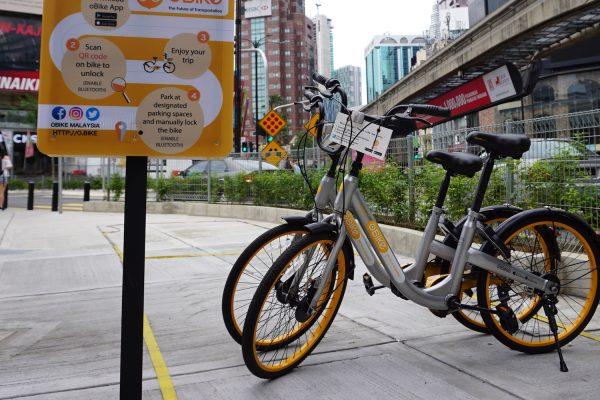 Vélos publics dans le quartier commercial de Bukit Bintang à Kuala Lumpur. © Cherise Fong