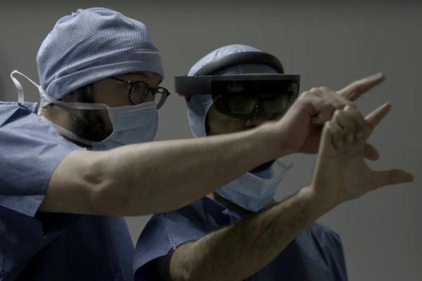 Le chirurgien Thomas Grégory (casqué), s'entraîne à la réalité augmentée (capture écran). © DR