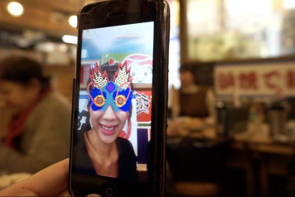 Julie Stephen Chheng porte son «Moving Mask» en mode selfie. © Cherise Fong