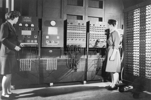 Deux opératrices de l'ENIAC, le premier ordinateur américain, dans les années 1940. © Domaine public CC 1.0