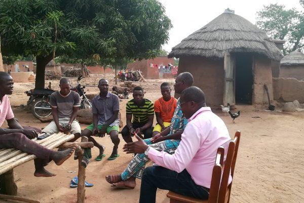 Rencontre et échange avec des cotonculteurs au sujet de leur gestion des tiges de cotonnier. © Caroline Grellier