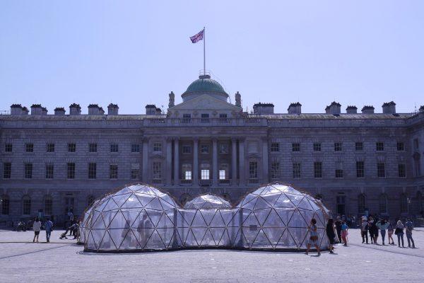 Dômes géodésiques de dégustation de pollution pour la journée de la Terre à Somerset House. © Elsa Ferreira