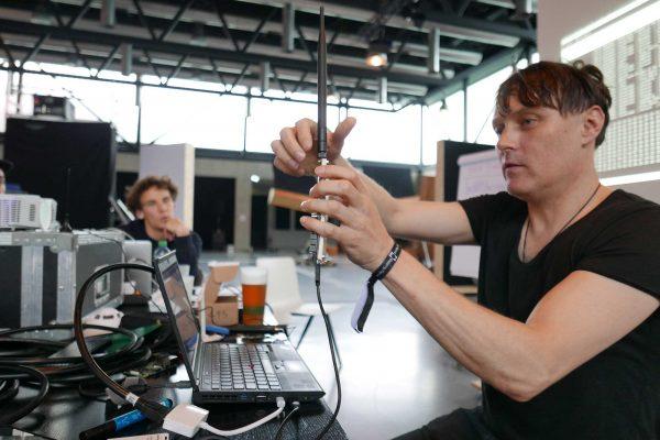 Julian Oliver au Mapping LAB, une journée de workshops dans le cadre du Mapping Festival de Genève. © Laurent Catala