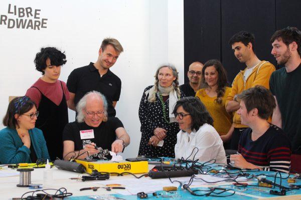 Atelier TV-B-Gone sous la houlette de Mitch Altman, fondateur de Noisebridge à San Francisco et concepteur de cette antitélécommande. © Pauline Comte