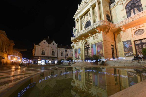 Light graffiti devant l'opéra de Pécs avec l'imprimante portable NTQ du Graffiti Research Lab France. © Vincent Delbalat - D'Asques et d'ailleurs