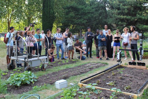 Démo des robots potagers Farmbot (à dr.) et LettuceThink au parc de la Villette. © Pauline Comte