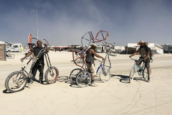 Mack Carter, Mike Brittan and Lilian Libre, maker-artists specialized in the art of two wheels at Burning Man. © Cécile Ravaux